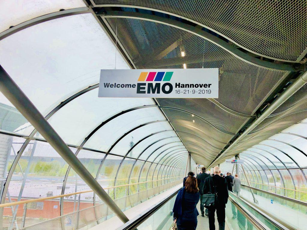 EMO会場までは動く歩道が設置されています。