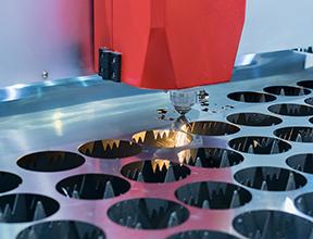 レーザー加工ヘッドと板金の精密位置決めで、大幅コスト削減が実現