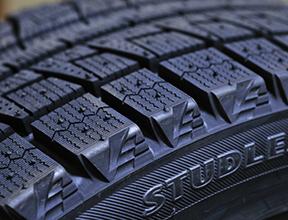 タイヤ金型と治具の10μmのスキマを、安定して検出
