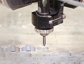 切断加工中のワークパレットの浮き上がりを、しきい値100~300μmで検出