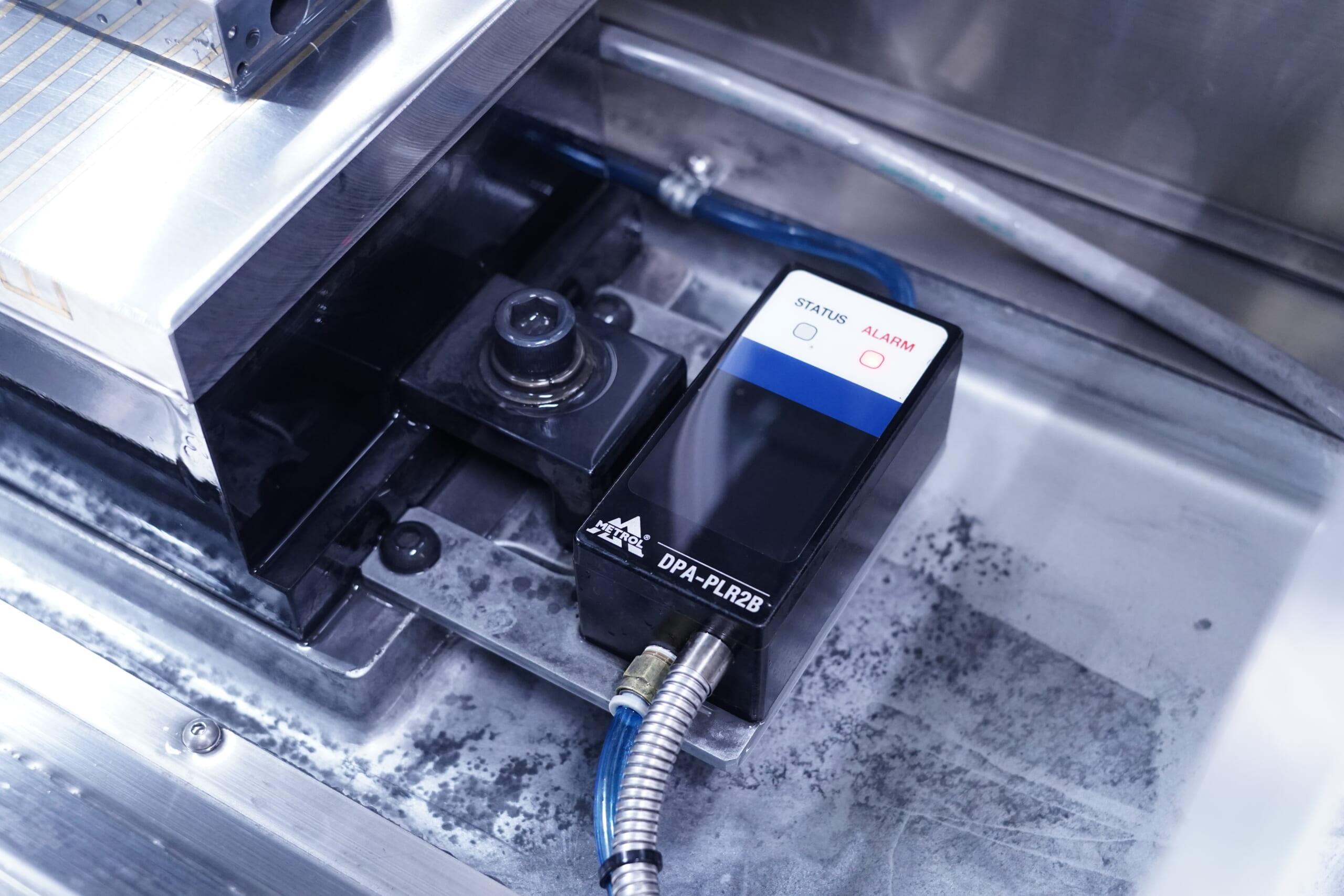 NC平面研削盤 に搭載されたエアマイクロセンサDPA-PLR2B